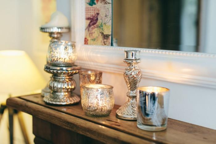 wohnzimmer landhausstil dekorationen passend wählen, silberne motive, kerzen und kerzenhalted deko am kamin