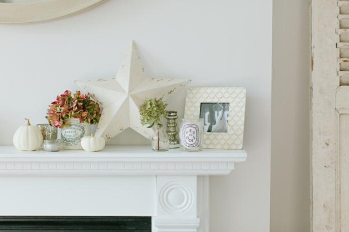wohnzimmer landhausstil ideen zum dekorieren, weiße einrichtung, frische blumen, bilderrahmen, stern, kürbis weiß