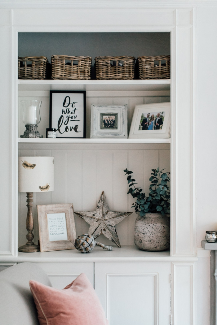 wohnzimmer landhaus, dekorationen zu hause, weiß und holzmotive kombination, bilderrahmen mit aufschrift, fotos von der familie