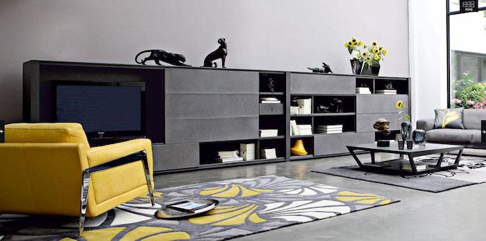 wohnzimmer dkeo ideen, gelber sessel, langer schwarzer schrank, statuen von katzen