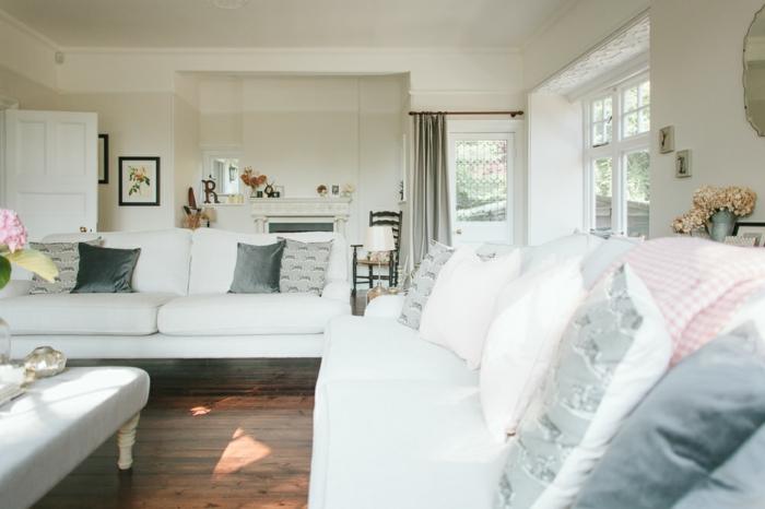 wohnzimmer landhausstil gestaltung in weiß, bunte kleine dekoartikel zur erfrischung, weißes sofa