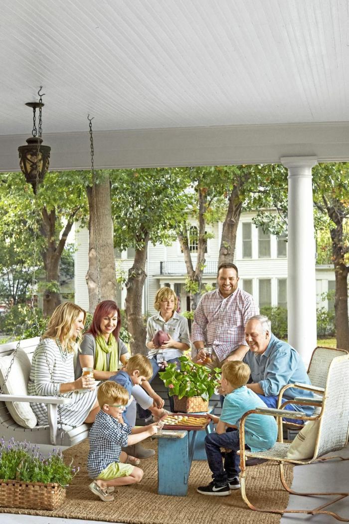 die ganze familie sammelt sich um den umzug zu feiern, wohnzimmer modern trägt zum schönen fest der familie bei