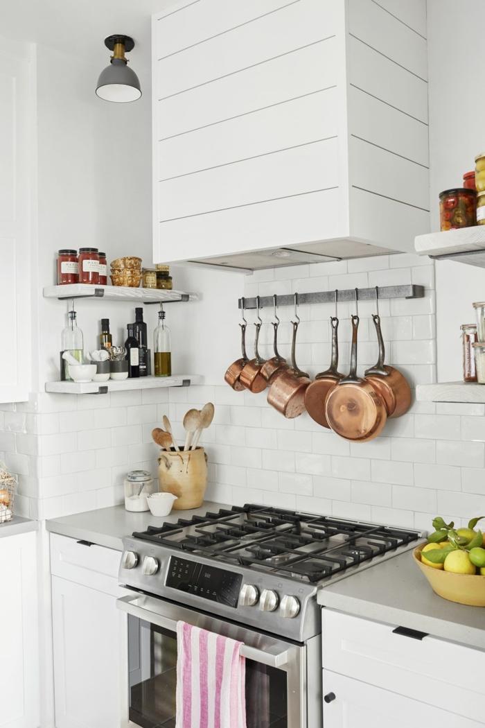 küche neben dem wohnzimmer dekorieren, wohnräume selbst gestalten, eine küche im landhausstil pfannen hängen an der wand, backofen mit kochplatte