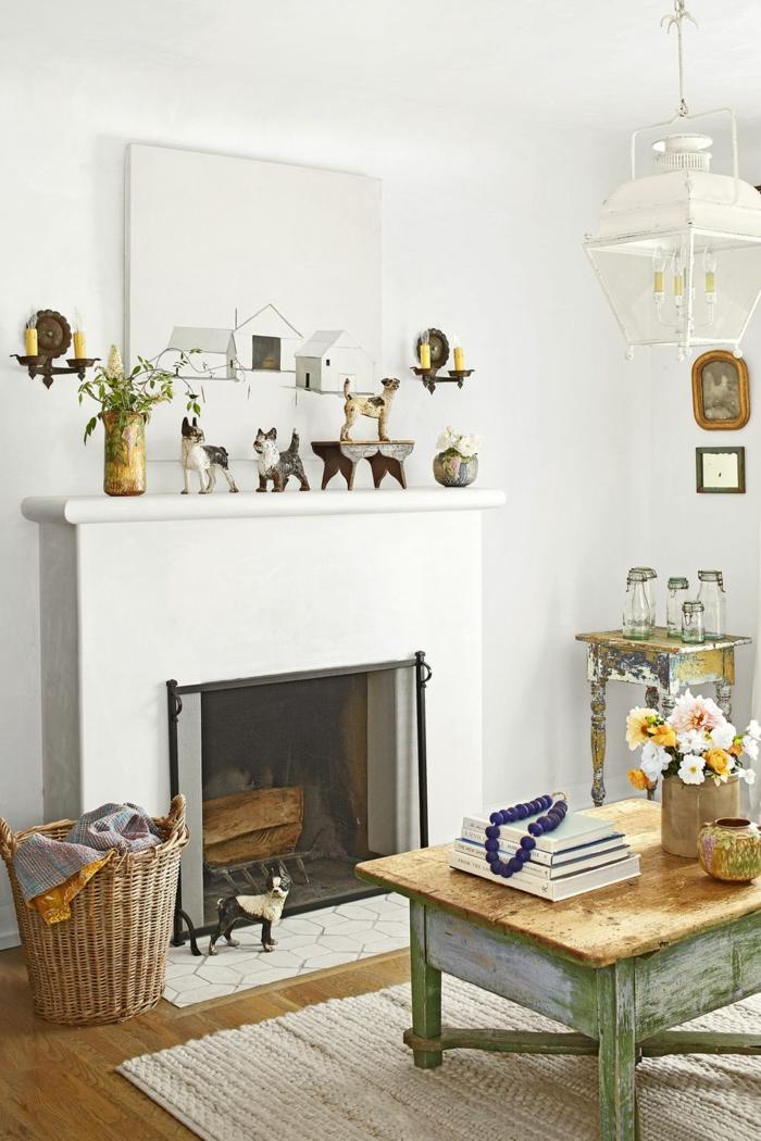 wohnzimmer modern im landhausstil mit kamin und viele kleine dekorationen