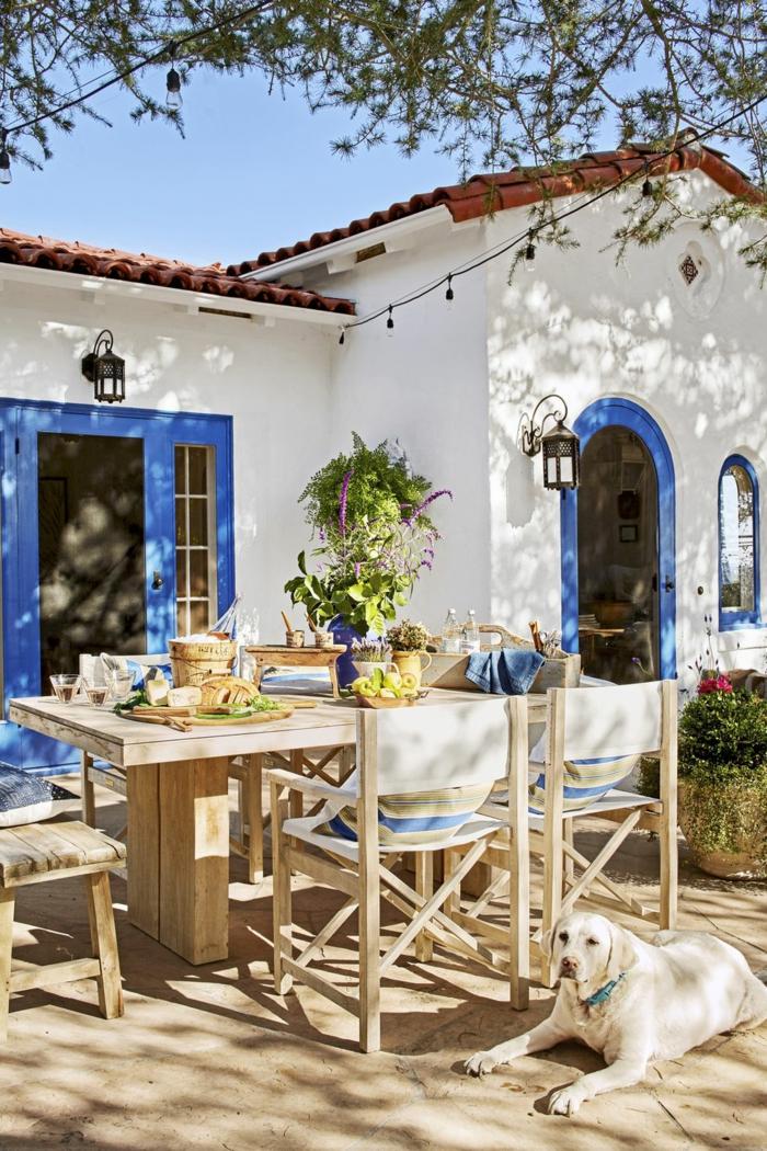 landhausmöbel und designs zum inspirieren, haus auf dem lande, weißes haus mit blauen motiven, maritime haus, tisch im garten, sommer