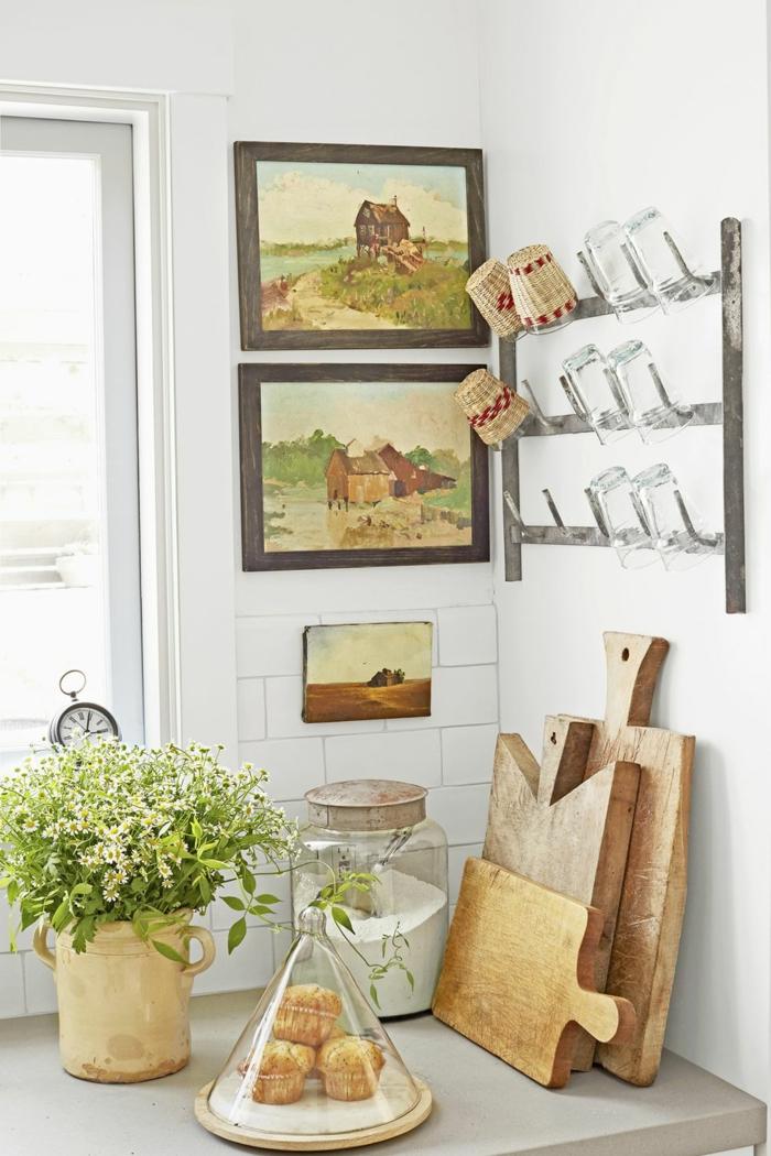 wohnzimmer dekorieren und weiter mit der küche machen, brett zum schneiden von brot, bunte bilder an der wand landschaft bilder, deko in der küche