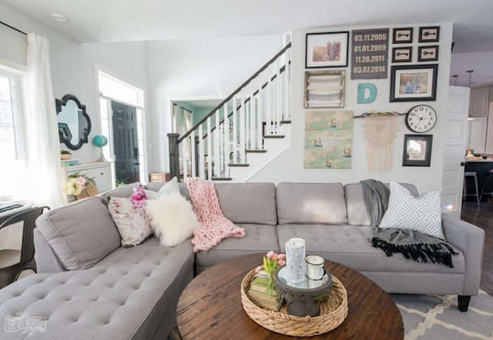 wanddeko mit bilder, fotowand, wohnzimmer gestalten, rundes kaffeetisch aus holz
