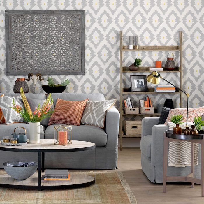 wohnzimmer grau weiß, dekokissen mit verschiedenen mustern, runder kaffeetisch, wohnzimemr deko