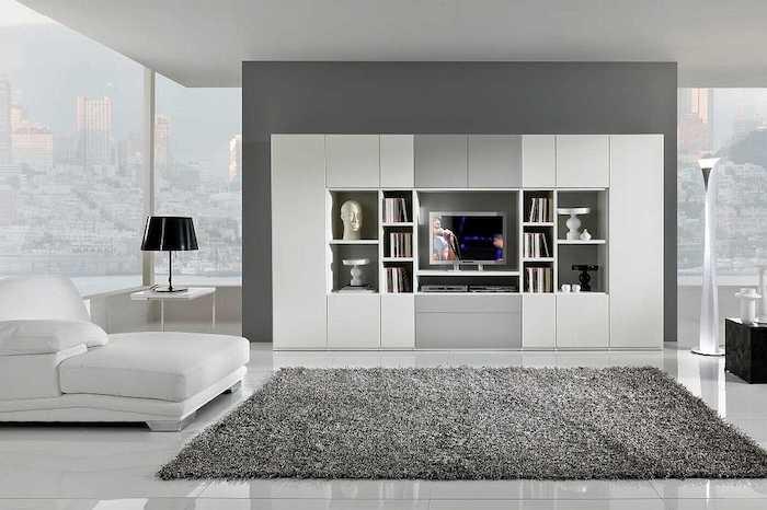 wohnzimmer grau weiß, weißer schrank mit regale, flauschier teppich, keramikfliesen als bodenbelag