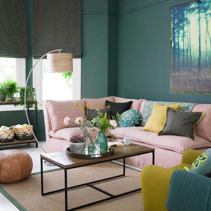wohnzimmer ideen für kleine räume, grüne wände, rosa sofa, bunte dekokissen