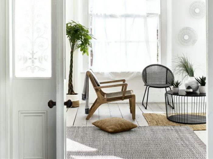 deko landhausstil und skandinavischer stil kombi, ein sessel aus holz, kleiner kaffeetisch, große grüne pflanze