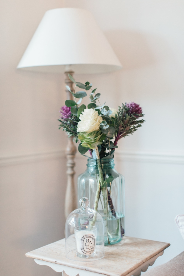 wohnzimmer im landhausstil dekorieren, eine große stehlampe, frische blumen in kreativer vase