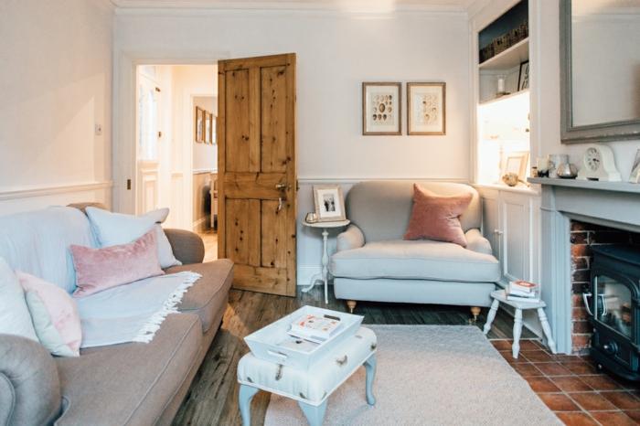 wohnzimmermöbel idee großes graues sofa, sessel, viele kissen als deko, massivholz tür, kleiner kaffeetisch
