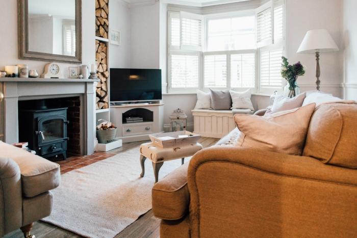 wohnzimmermöbel, gelbes sofa, kaminofen und kleiner lagerraum, abstellraum für holz, fernseher, deko