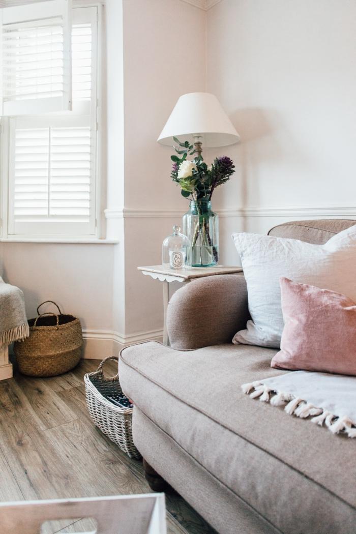 wohnzimmermöbel selber auswählen, stilvelles zimmer, stehlampe, blumen in glasvase, deko, sessel mit pinkem kissen, korb