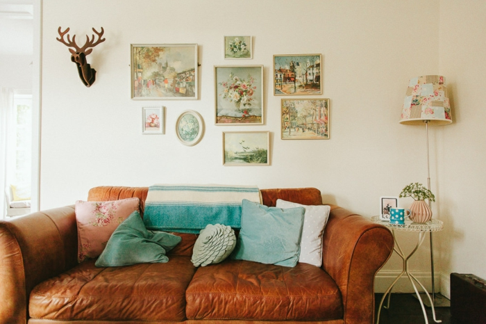 wohnzimmermöbel idee, ledersofa deko blau auf braun, elch und viele bilder an der wand