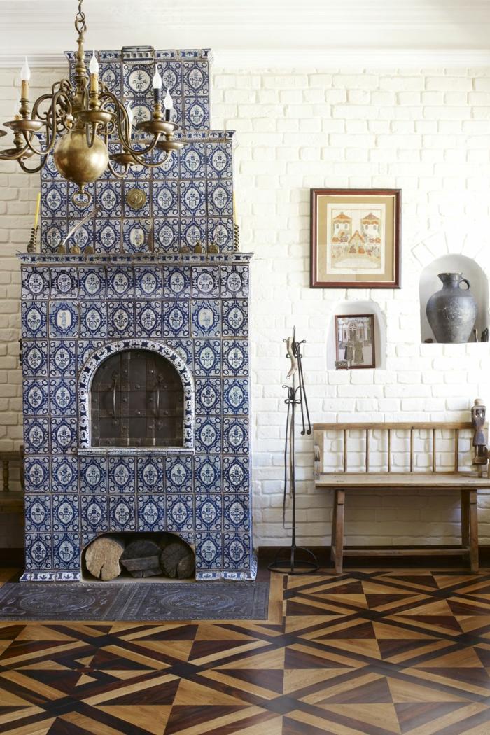 einzigartiges kamindesign in bau und weiß als mosaik, marokanischer stil, wohnzimmer deko idee, bild an der wand, schöne lüster
