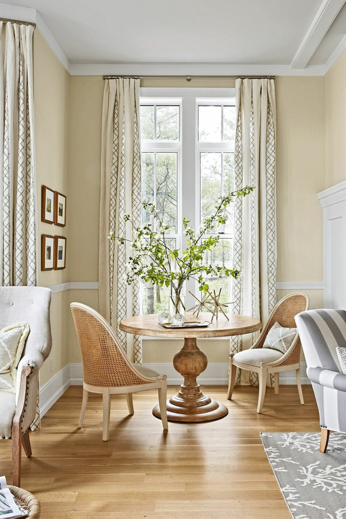wohnzimmermöbel modern ideen zum einrichten, ein holztisch und zwei stühle dazu, große fenster mit langen schönen vorhängen