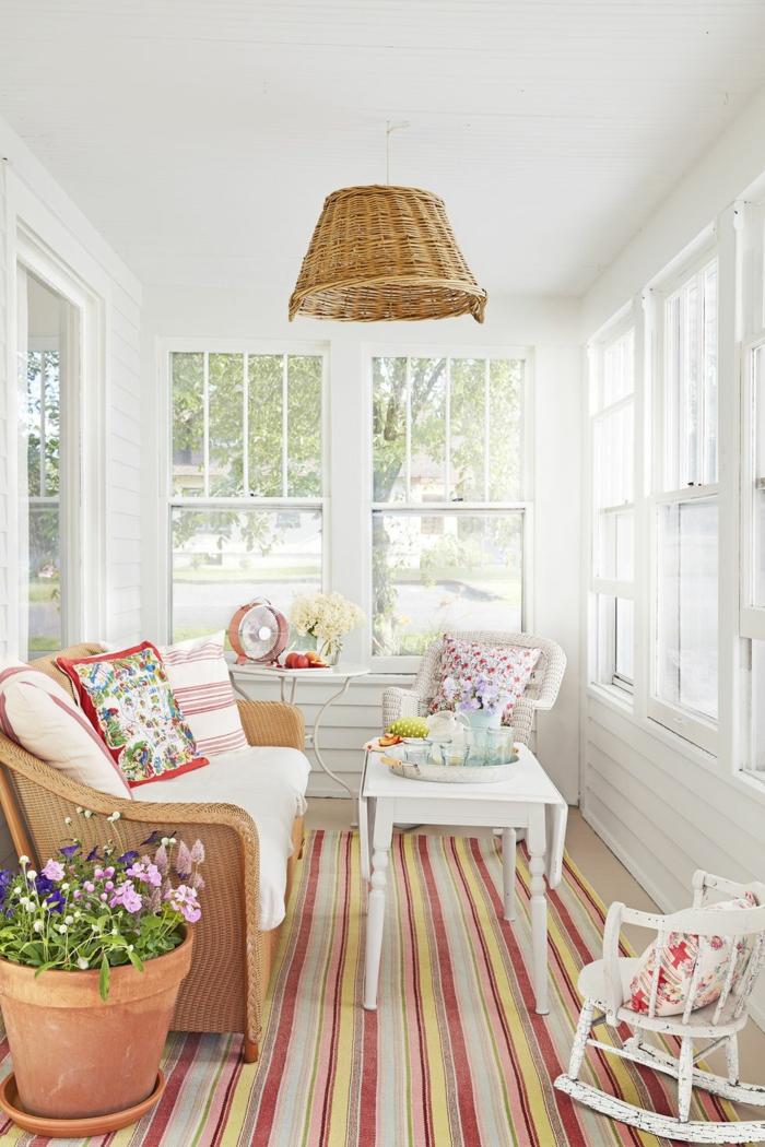 wohnzimmermöbel modern, landhaus wohnzimmer offen oder geschlossen, wintergarten, sofa aus rattan mit tisch und bunten dezenten dekorationen dazu