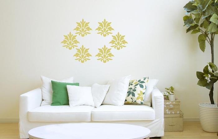 weiße wand mit gelben blumen, wohnzimmer einrichten, ein weißes sofa mit weißen und grünen kissen mit grünen blumen, gemütliche wohnzimmer farben