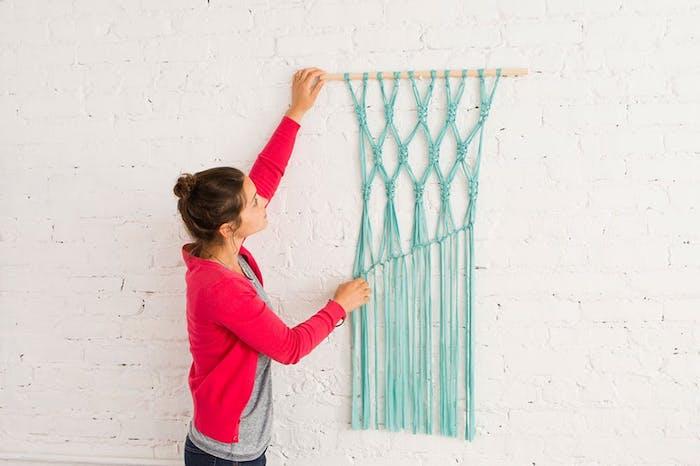 wohnzimmer wanddeko basteln, weiße wand mit ziegelmuster, makramee flechten, blauer stoff