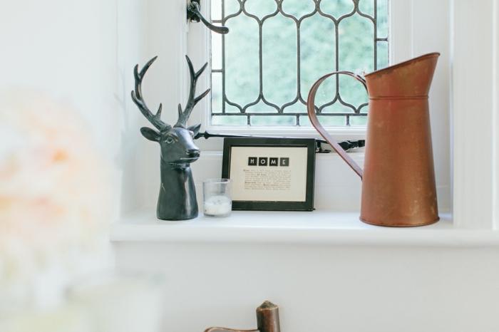 landhausmöbel, landhausdeko idee elch kopf künstlich deko am fenster, kanne, bilderrahmen