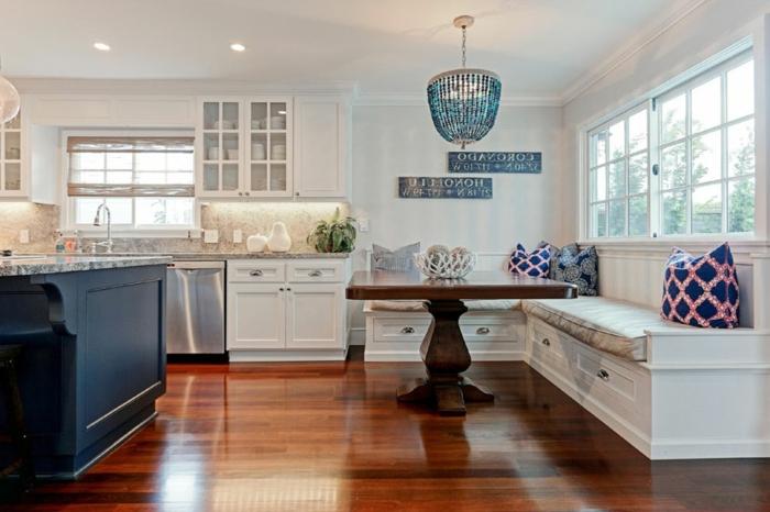 wohnküche einrichtungsideen, dezentes design im raum, deko wohnzimmer und küche, großer dunkelbrauner tisch, sitzbank mit kissen, kochinsel