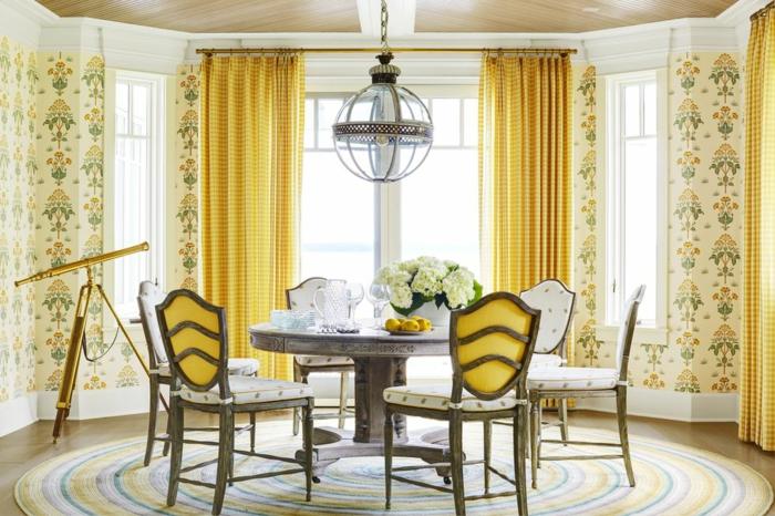 in gelber farbe das wohnzimmer dekorieren, eine schöne idee mit krasser farbe und bunte dessins, tisch mit stühlen in gelb