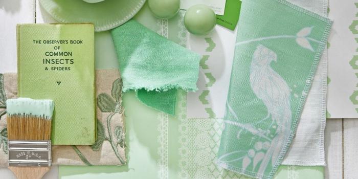 in farbe mint grün das wohnzimmer dekorieren und einrichten, pinsel mit farbstoff, stoffe in minzgrün