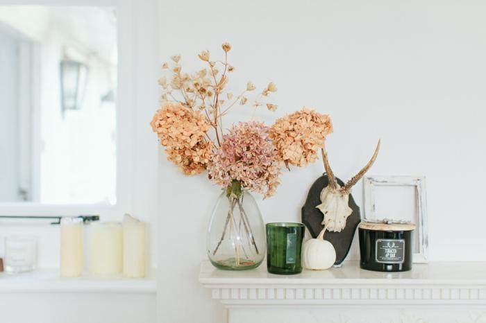 landhausmöbel ideen zum verzieren, frische blumen in orange oder rosa, holzmotive und alles in weißer farbe