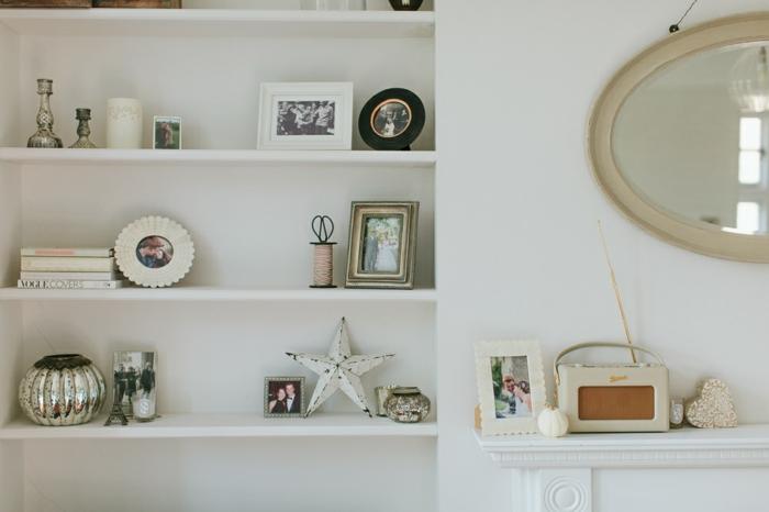 dekorationen und landhausmöbel ideen, spiegel als deko wanddeko, kleine dekorationen auf regalen