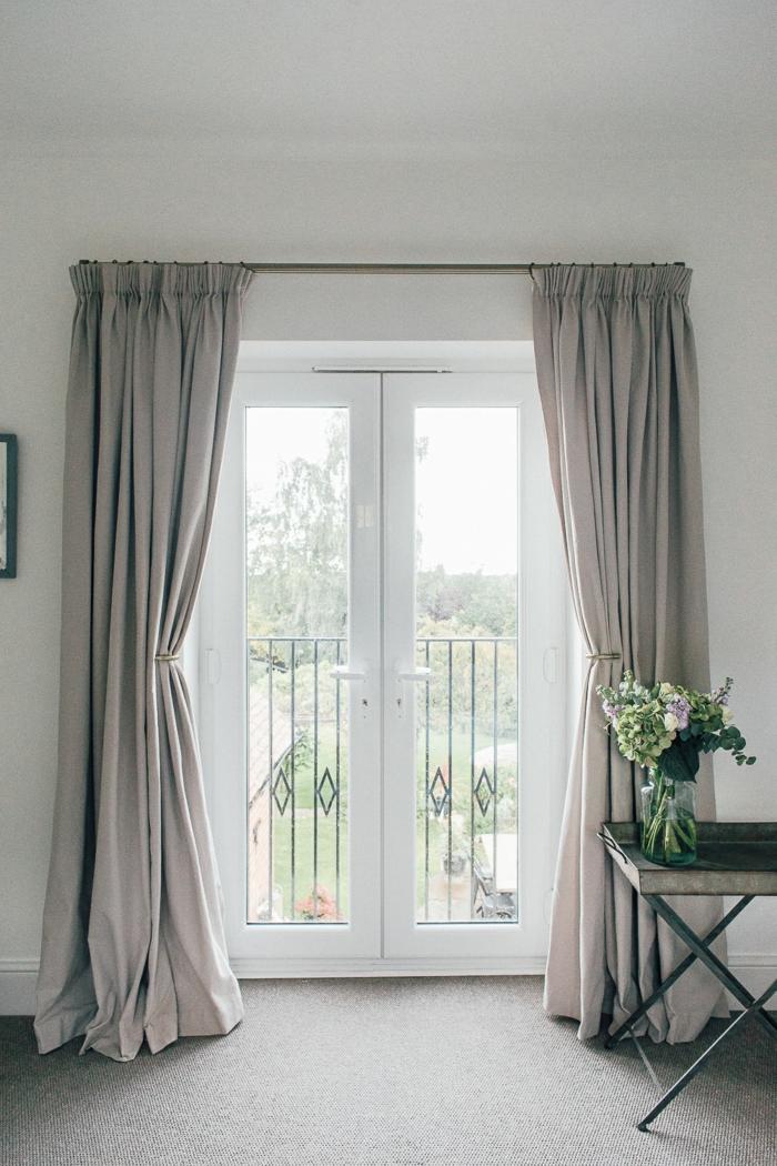 landhausmöbel idee, graue möbel deko und einrichtungsideen, glasblumen, weiß und grün deko idee