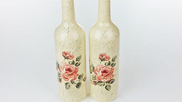 zwei weiße flaschen mit decoupage mit servietten mit roten rosen und grünen blättern, alte flaschen dekorieren