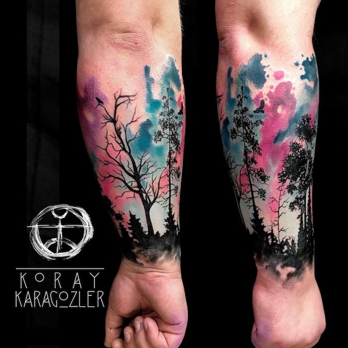 zwei hände mit großen watercolor tattoos mit einem schwarzen wald mit vielen schwarzen bäumen mit schwarzen blättern, tattoo watercolor ideen