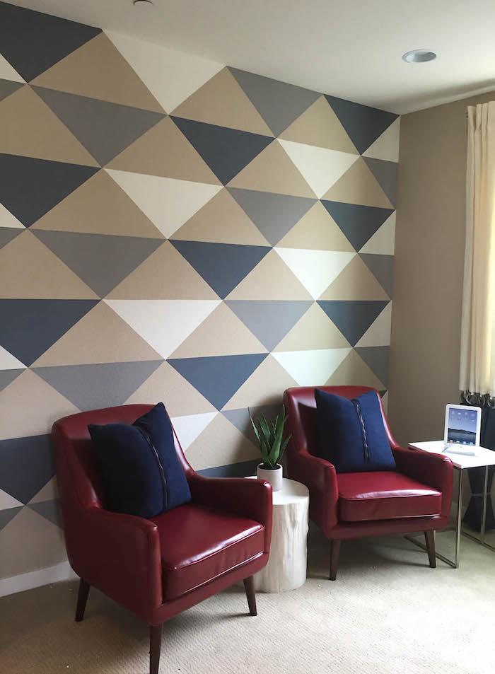 rote sofas mit blauen kissen und ein blumentopf mit einer kleinen grünen pflanze, wand streichen ideen wohnzimmer