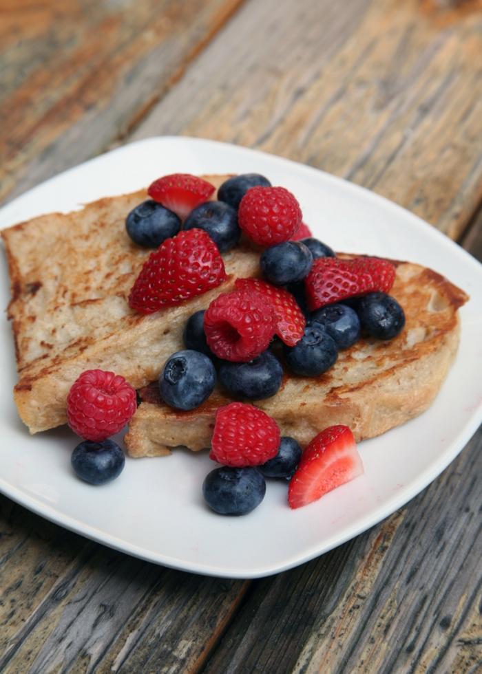 ein gesundes Frühstück, gesunde Gerichte, Heidelbeeten, Erdbeeren und Himbeeren