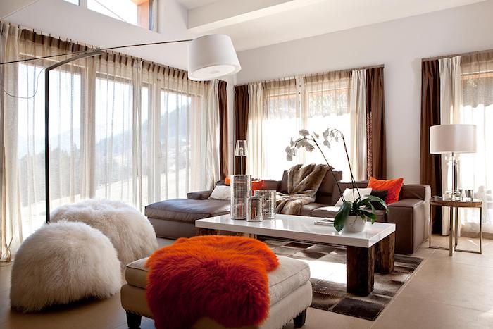 welche farbe passt zu braun, flauschige hocker, hohe lampe, wohnzimmereinchtung mit orangenfarbenen farbakzenten