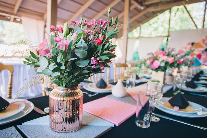 tischdeko für hochzeit, vase in rosegold, schwarze decke, runstikale hochzeitsdeko