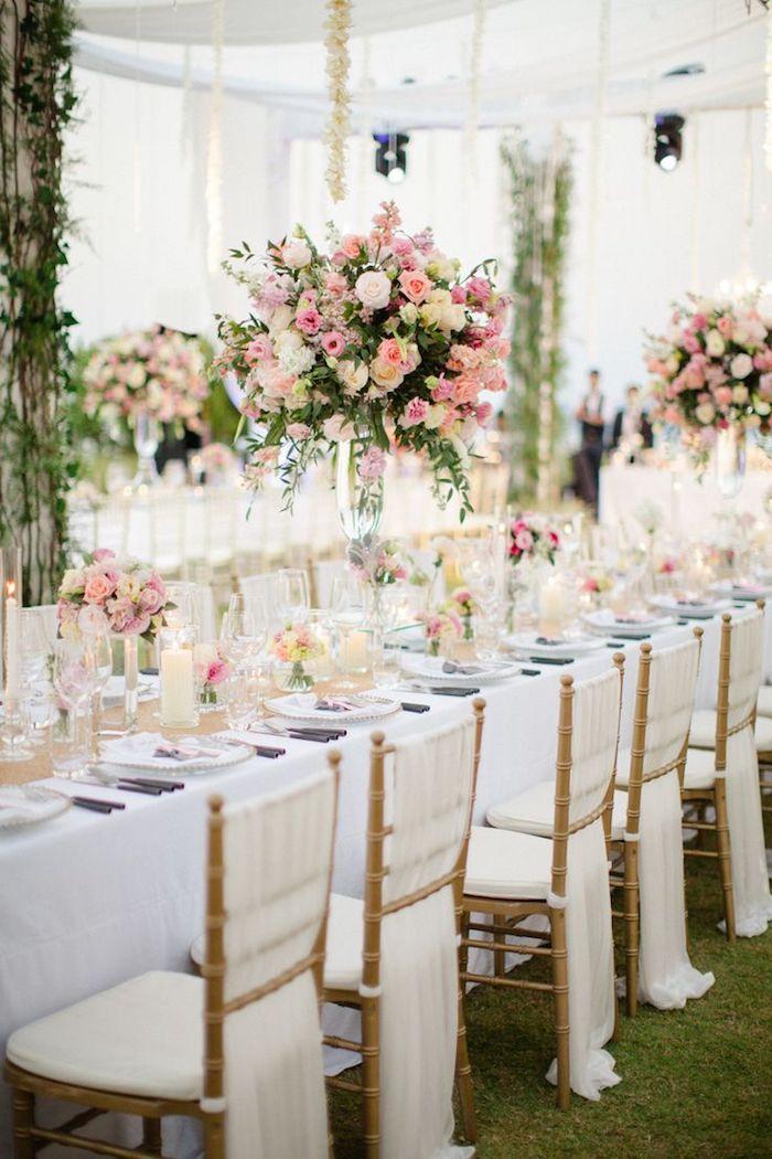 hochzeitsdeko tisch in weiß und hellrosa, langer tisch, große blumengestecke mit rosen