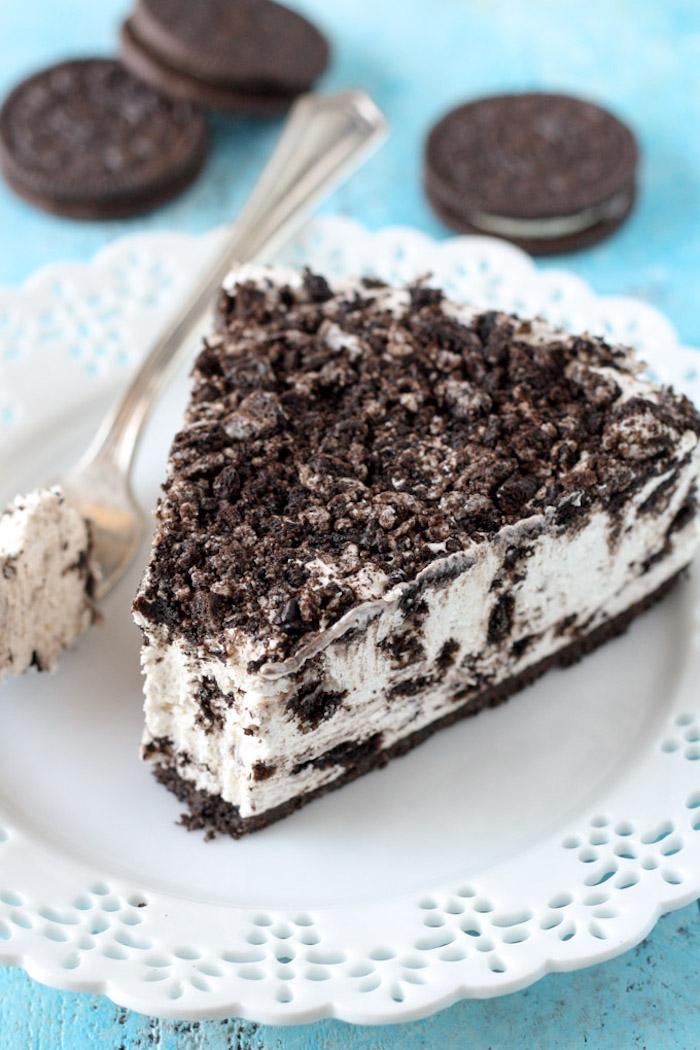 kuchen mit keksboden rezept, torte mit oreo keksen, ohne backen, weißer teller