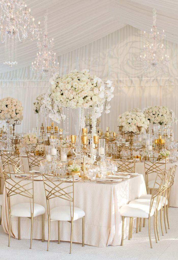 dekoration hochzeit in weiß und gold, große blumengestecke mit rosen, tischdecke aus satin