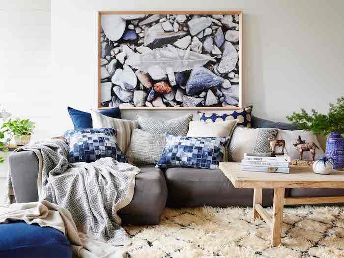 wandfarben ideen wohnzimmer, großes bild über dem sofa, viele dekokissen, flauschiger teppich