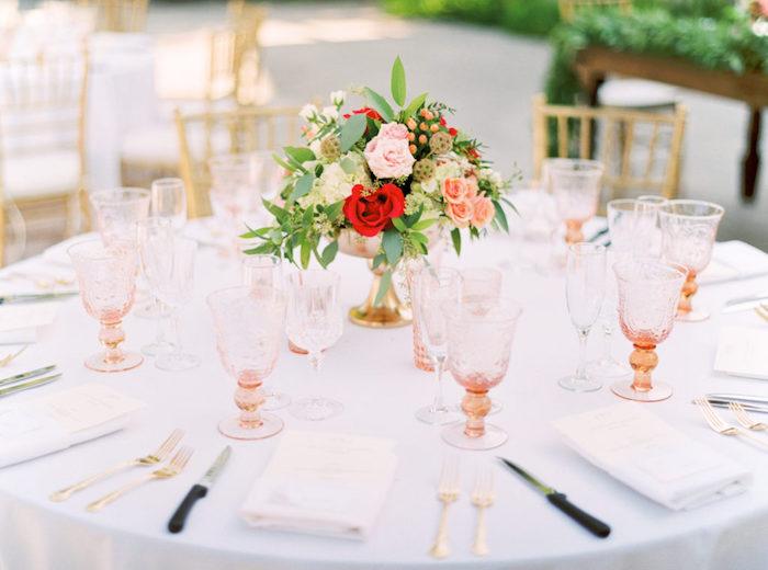 hochzeitstischdeko für runstikale hochzeit, tischdekoration in weiß und rot, rosa weingläser