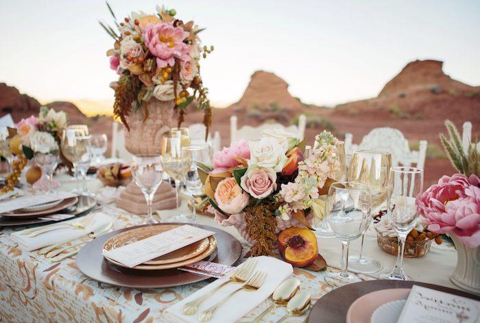 hochzeitstischdeko in rustikalem stil, goldenes geschirr, rosa blumen, boho hochzeit