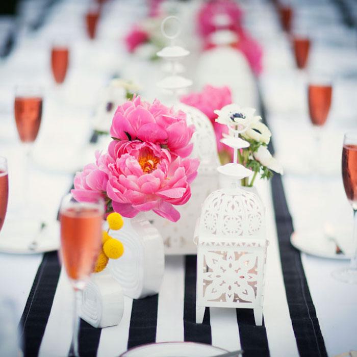 hochzeitstischdeko, rosa blumen, gestreifte tischdecke, weißer teelichthalter, schampagnegläser