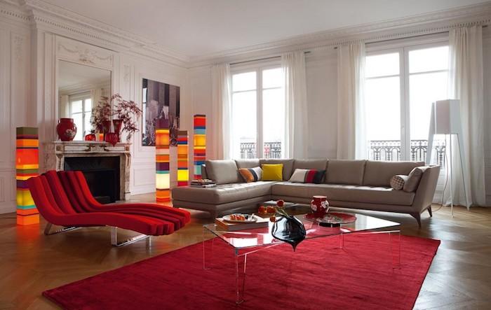 welche farben passt zu rot, eckiges ledersofa, roter lesesessel, kaffeetisch aus glas, bunte leuchten