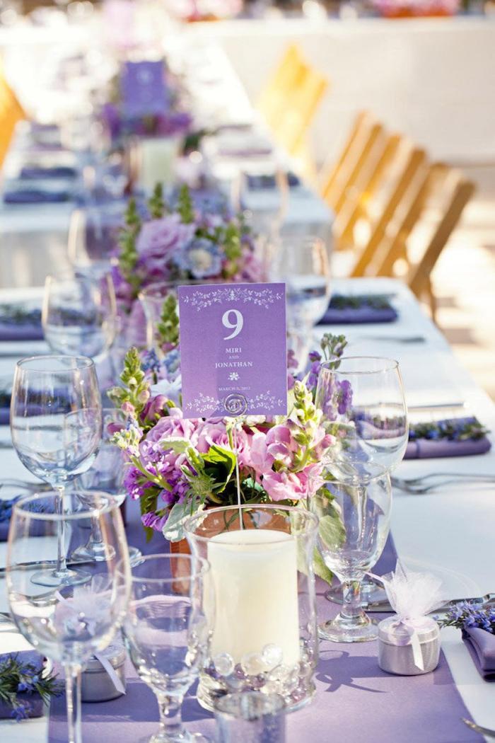 kleine blumengestecke hochzeit, tischdekoration in lila, weiße kerzen, frühlingablumen