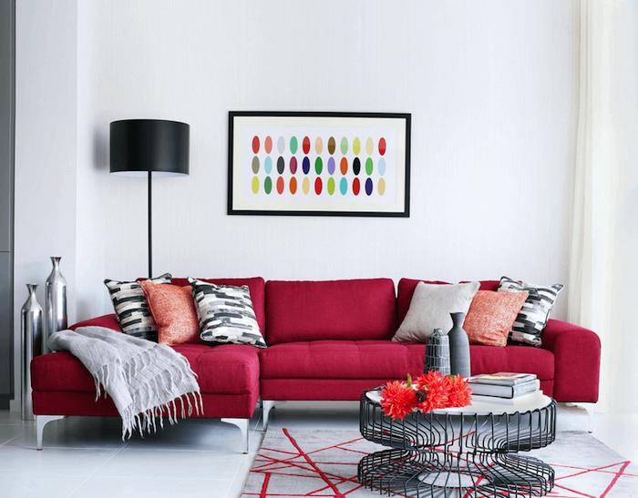 welche farbe passt zu rot, ecksofa dekoriert mit dekokissen, abstraktes bild, rundet kaffeetisch aus draht