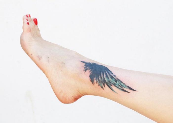 adler tattoo bedeutung, adlerflügel am bein, roter nagellack, kleines motiv, realitisch