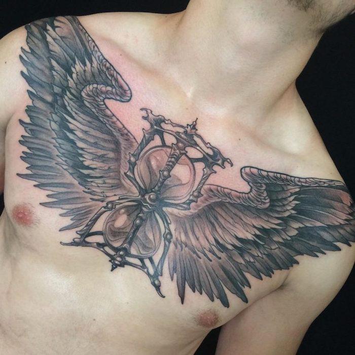adler tattoo bedeutung, sanduhr in kombination mit adlerflügeln, mann